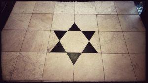 Die ses-puntige ster van Noord-Ierland, 'n punt vir elk graafskap, in Belfast City Hall