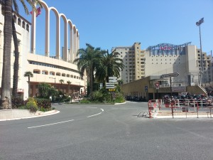 Die palmbome in die pad merk die grens tussen Monaco (links) and Frankryk (regs)