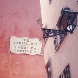 'n Pad teken in Nice wat in Frans en Italiaans geskryf is