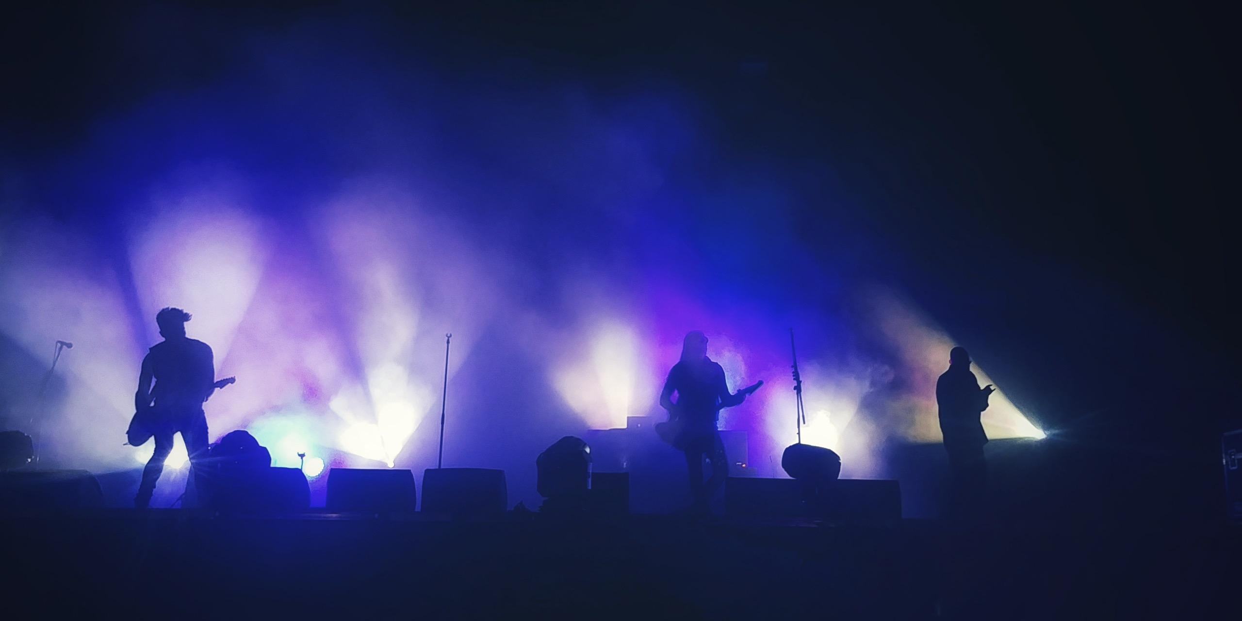 'n Band speel onder die duisternis